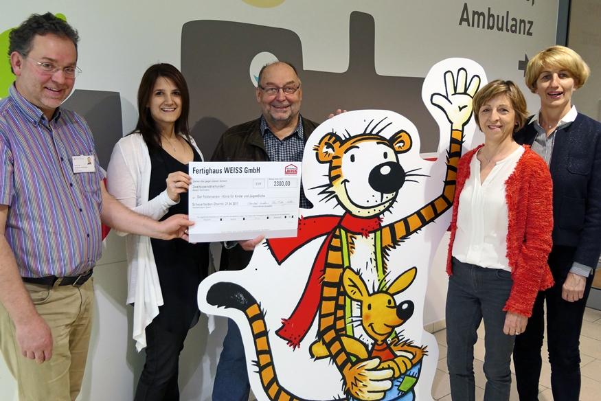 Fertighaus Weiss spendet 2.300 Euro an den Förderverein der Klinik für Kinder und Jugendliche