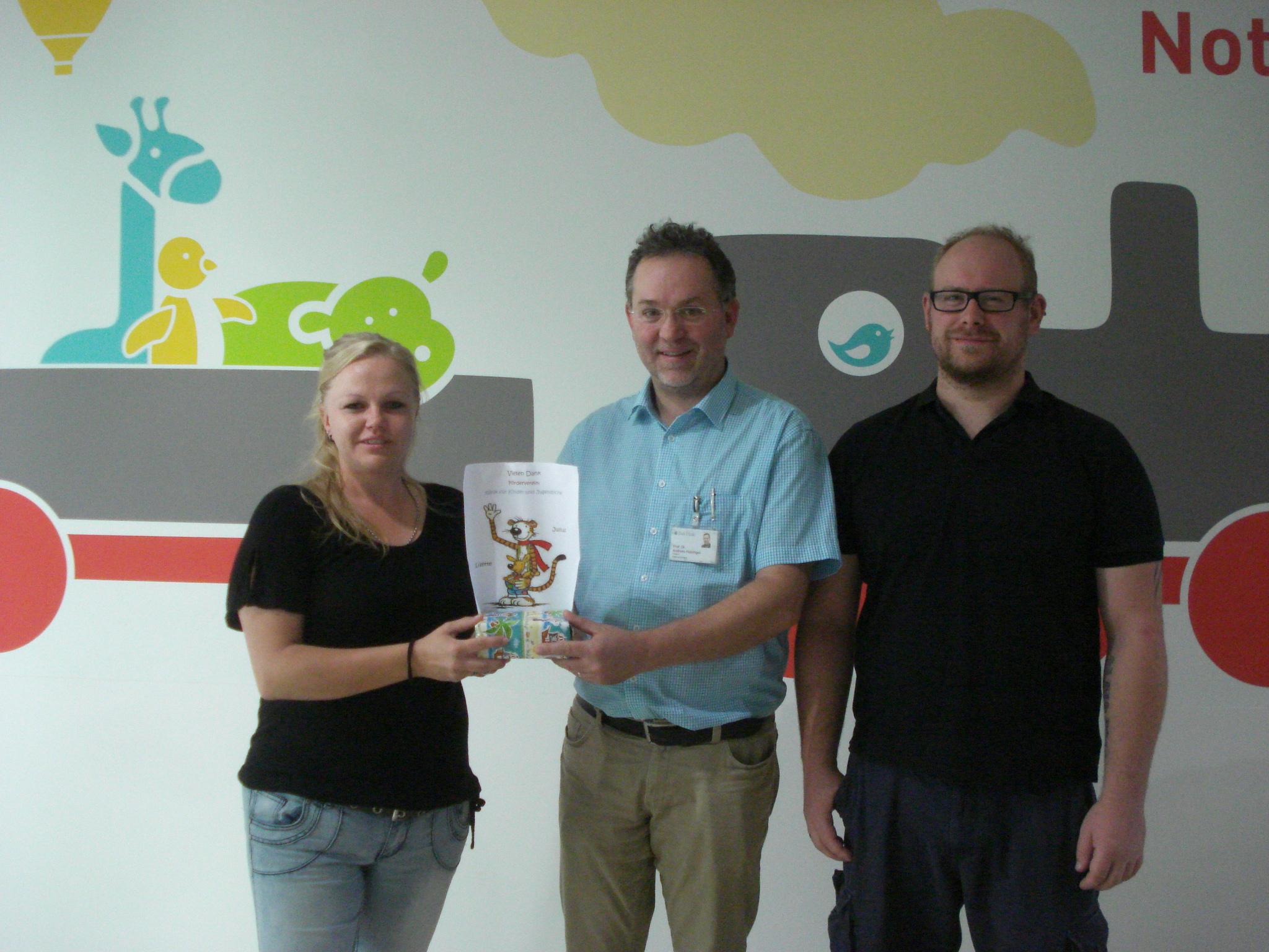 Miriam und Oliver Schulz spenden 200 € an den Förderverein der Klinik für Kinder und Jugendliche