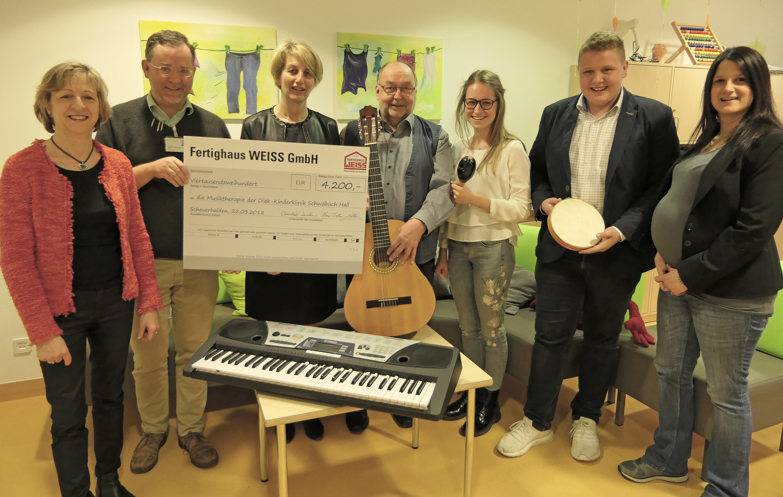 Fertighaus Weiss spendet 4.200 Euro für die Musiktherapie
