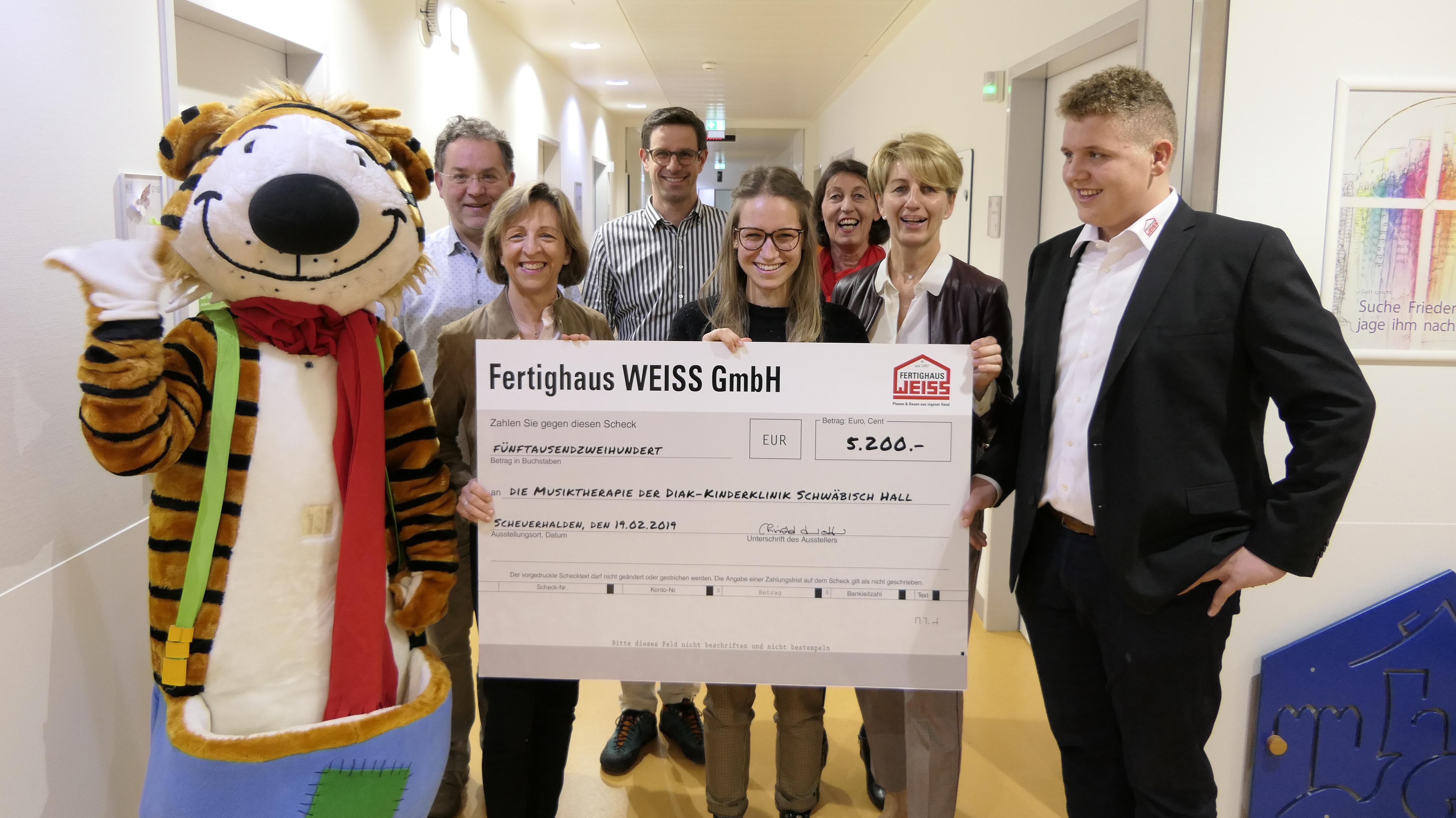 Fertighaus Weiss spendet 5.200 Euro für die Musiktherapie